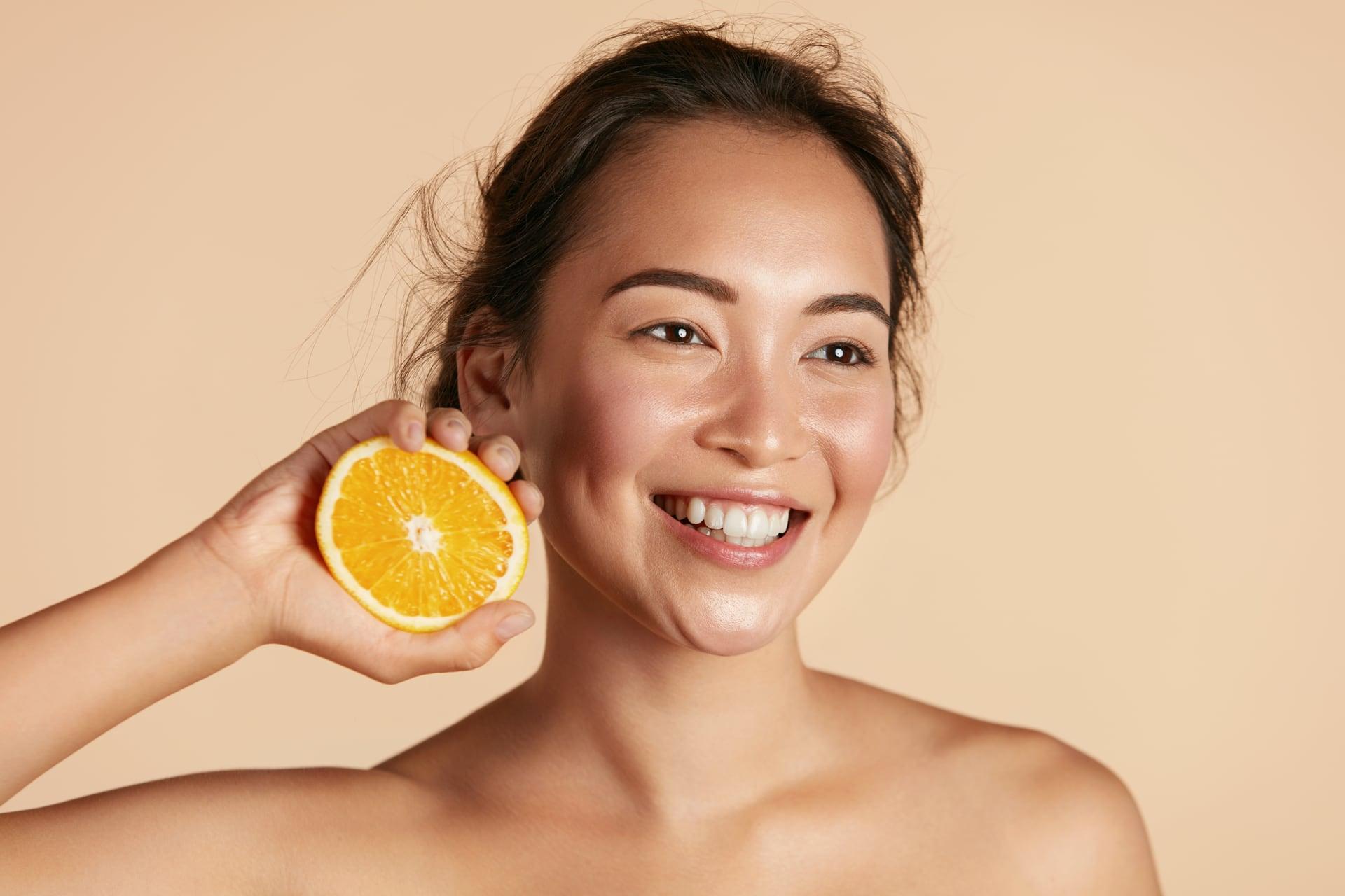Mujer probando los beneficios de la vitamina C sobre la piel
