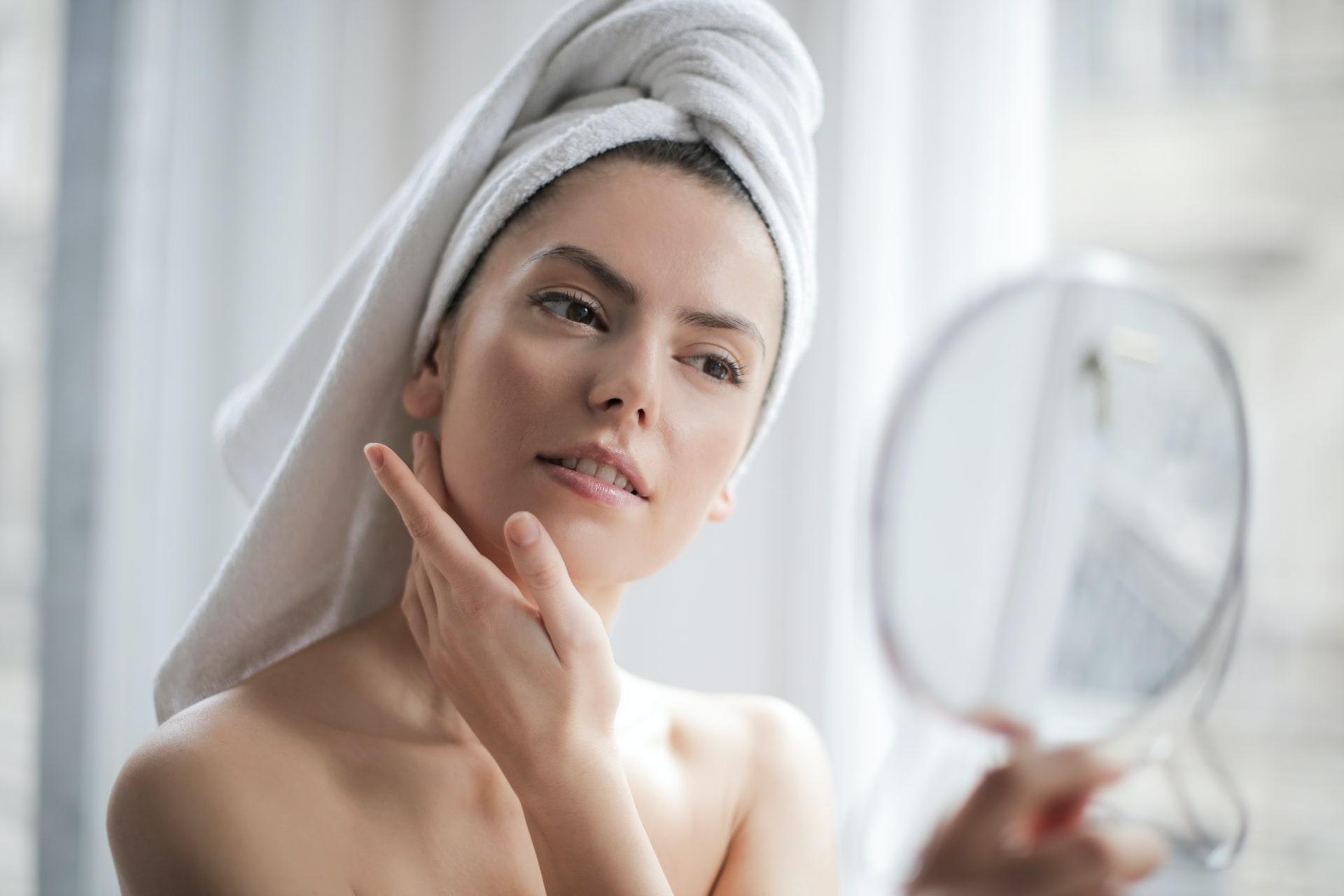 Mujer aplicando productos ricos en vitamina B5 en la piel